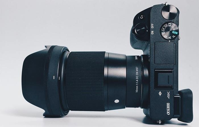 Объектив Sigma 16mm f/1.4 DC DN с камерой Sony A6300