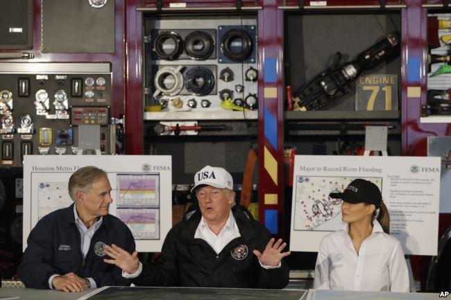 El presidente Trump junto a la primera dama Melania Trump y el gobernador de Texas Greg Abbott