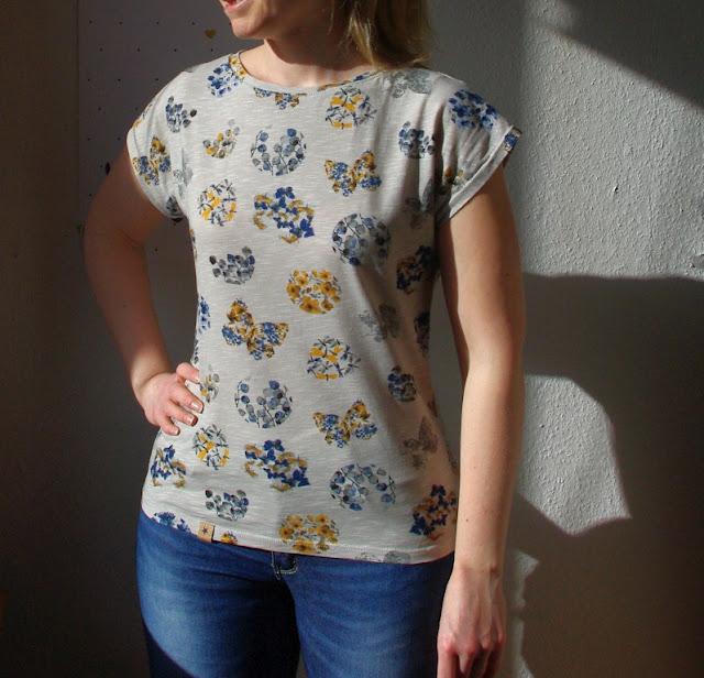 Frau mit Shirt Kimonotee aus Jersey Grau mit Blumen Schnittmuster (Freebook) von MariaDenmark  selbst genähtes Damen Oberteil
