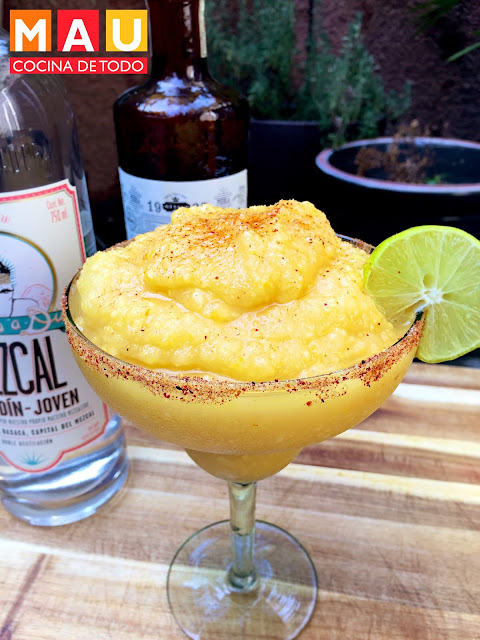 mezcalita de mango con chile ancho bebida con mezcal