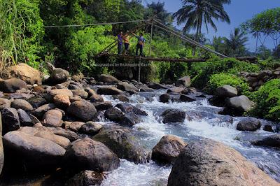 Foto jembatan bambu di atas sungai Cireong-Sindangkasih Ciamis