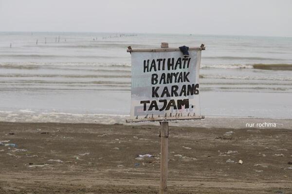 papan peringatan di pantai cemara