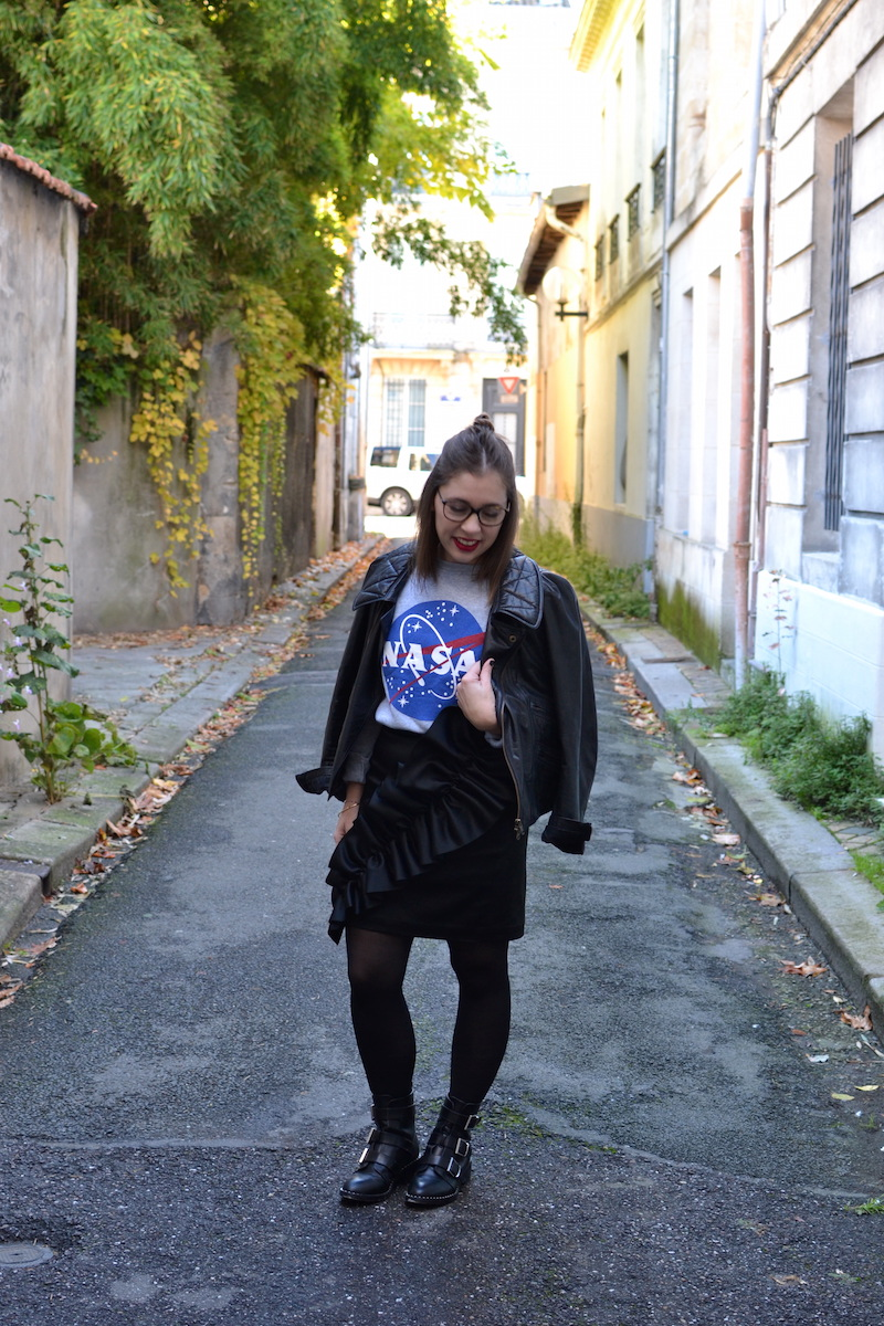 pull NASA smmydress,jupe noire à froufrous & other stories, bottines Pimkie, perfecto Isabel Marant