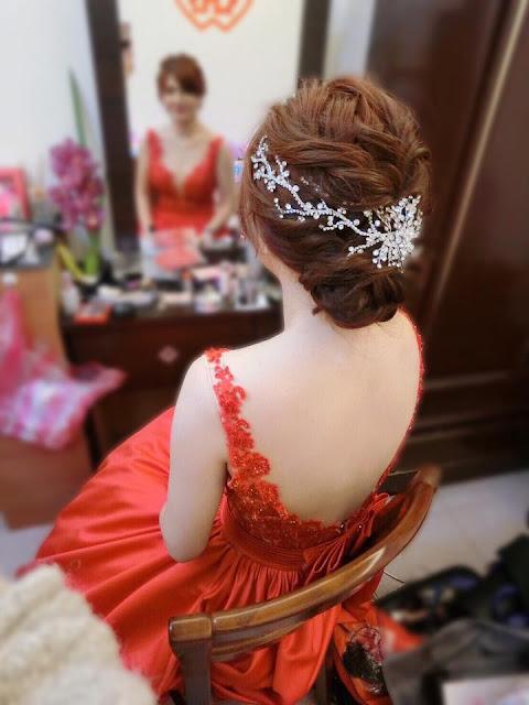 好媳婦盤髮造型 | 線條感編髮 | 低盤髮 | 紅色緞面禮服 | 文定造型參考