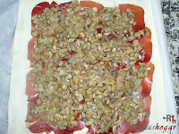 Añadiendo la cebolla y los champiñones pochados