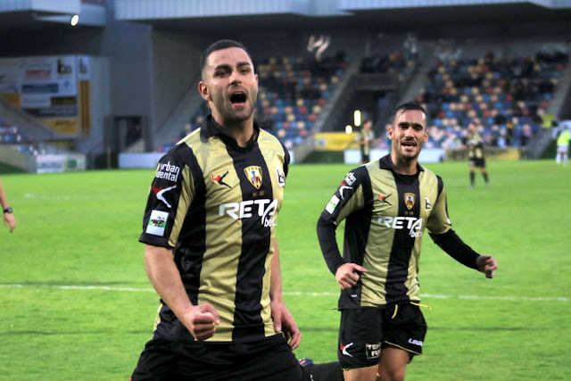 Ander Vitoria celebra un gol en Lasesarre