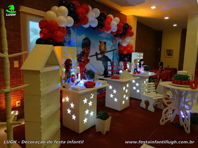 Mesa provençal decorativa temática Miraculous, Ladybug e Cat Noir para festa infantil