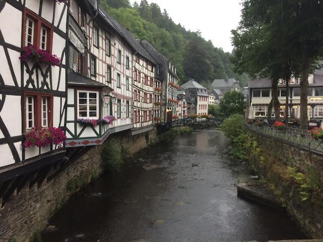 Blick auf die Fachwerkhäuser in Monschau. Dazwischen fließt die Rur.