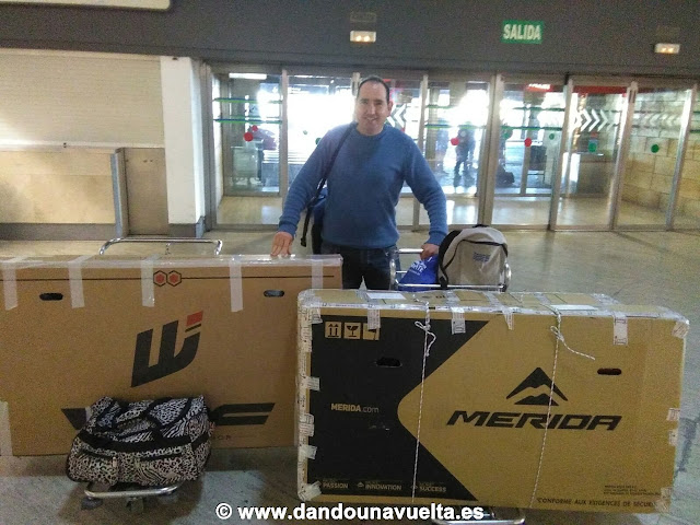 Antes de facturar las bicicletas en el aeropuerto de Sevilla