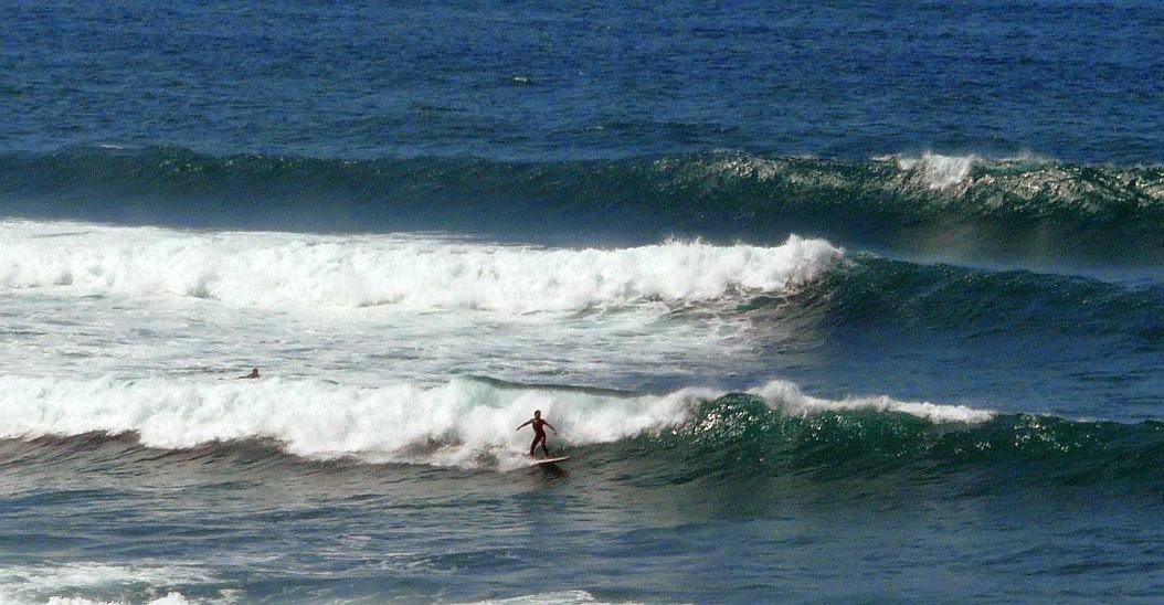 surfista sobre la ola