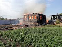 (ФОТО)В результате пожара на площади 88 кв. метров огнём уничтожены надворные постройки и частный жилой дом.