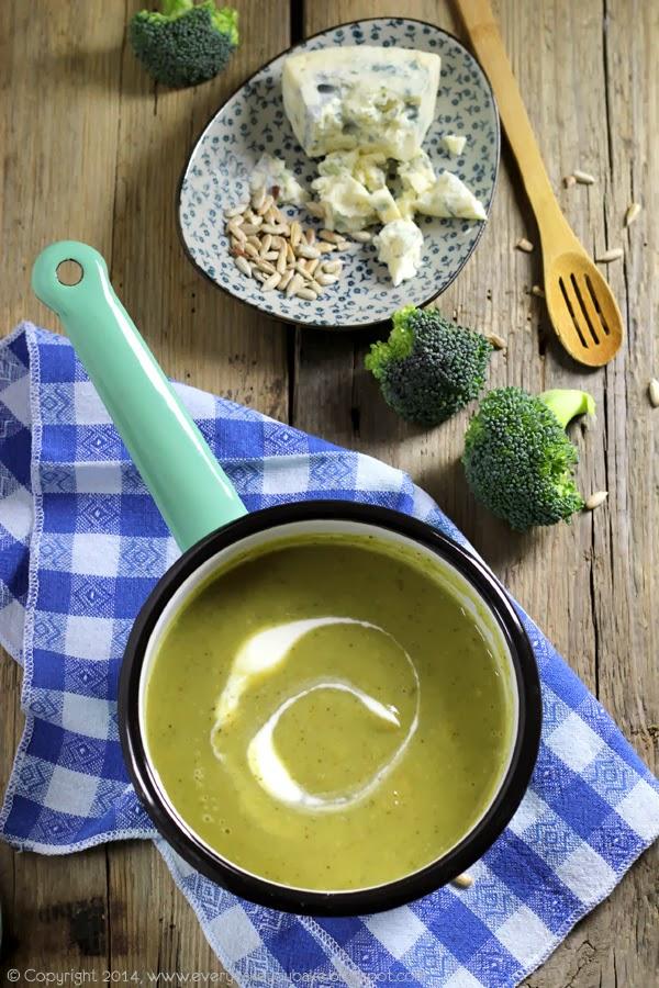 kremowa zupa brokułowa z niebieskim serem