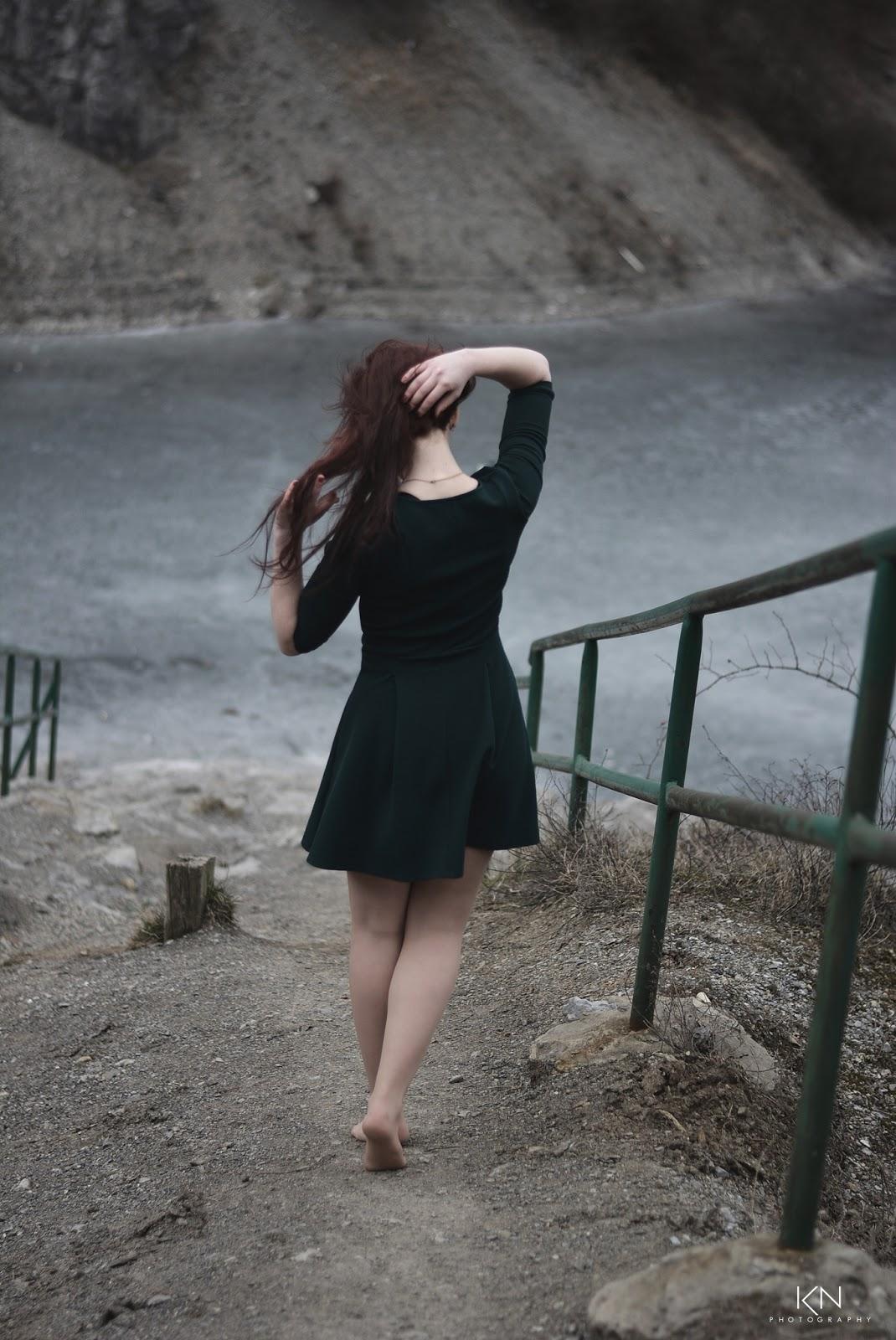 6.03.2017 Zielona rozkloszowana sukienka, czarne szpilki, Rezerwat Ślichowice Kielce