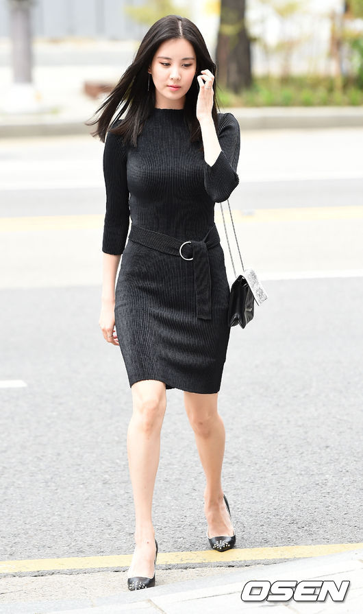 Glamorous Seohyun Gives Personality To A Simple Black Dress Calvin