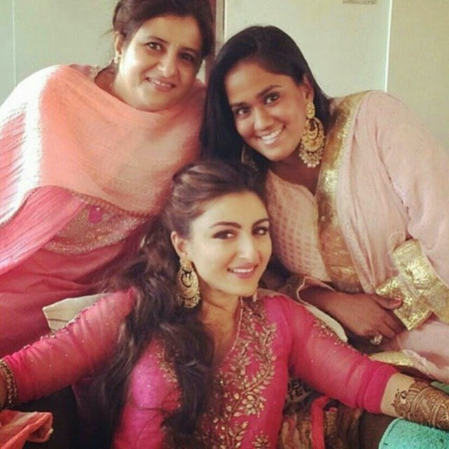 soha ali khan , bride tobe , insta bolly , insta style , fashion , traditional , indian , insta bolly , bollywood lovers , ce le bs , b town , love for bollywood , insta moment , @sakpataudi @arpitakhansharma