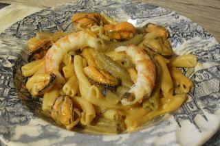 Receta de pasta (gemelli) con mejillones y gambas al curry y cúrcuma.