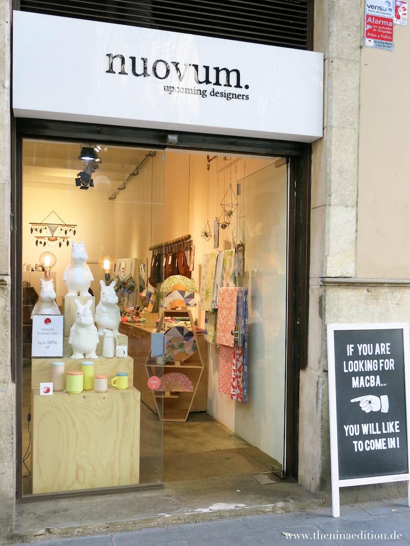 Der Laden nuovum. in Barcelona von außen mit einem wunderschönen Schaufenster mit Nashornlampen.
