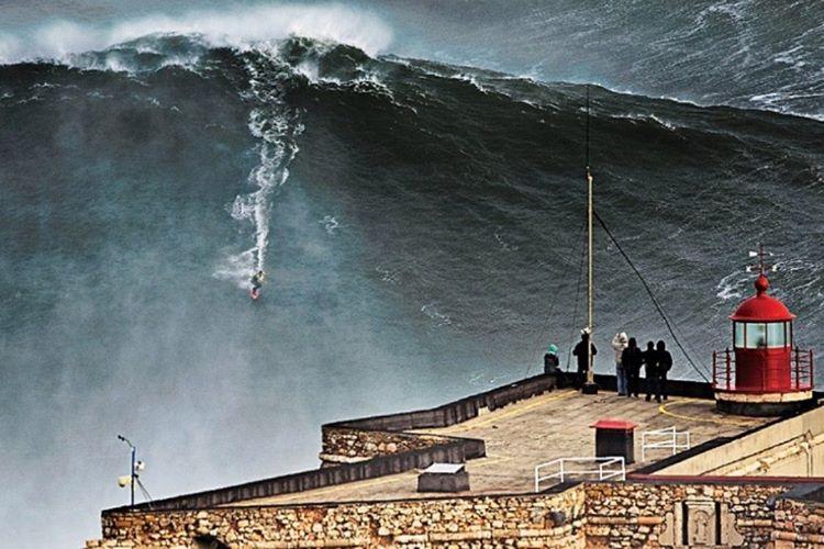 Profesyonel sörfçü Garrett McNamara, en büyük dalga rekorunu kırdı.