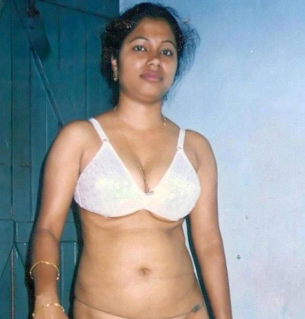 Desi Aunties Adult World: AUNTY REMOVING HER DRESS