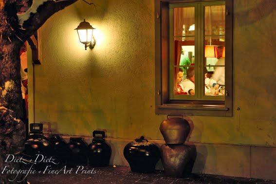 Küssnachter Klausjagen - Im Anschluss trifft man sich zu Rippli und Kraut in den Restaurants im Dorf. Es ist Freinacht. Frisch gestärkt ziehen die verschiedenen «Zügli» mit ihren Treicheln die ganze Nacht durch`s Dorf.