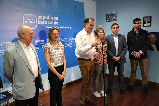 El concejal barakaldés Manu de Orbe junto a Raquel González y Carlos Iturgáiz