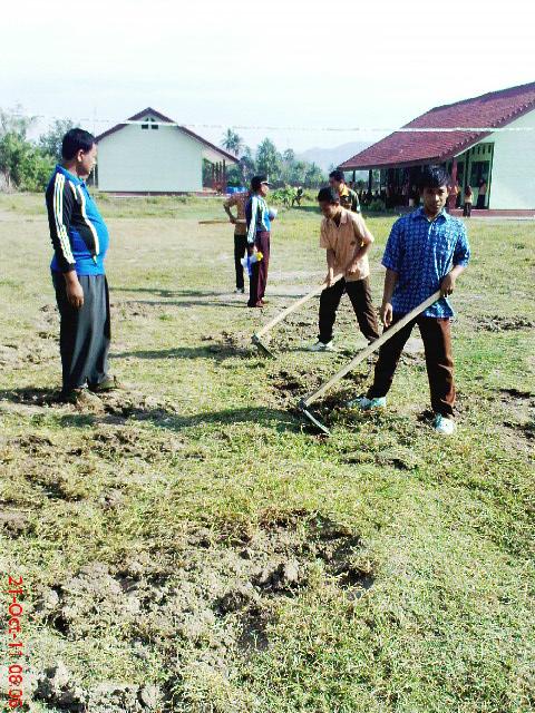 Rungan Desa Gotong Royong Di Lingkungan Smkn 1 Seteluk