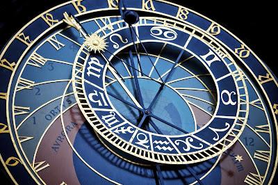 Reloj astronómico en fondo negro