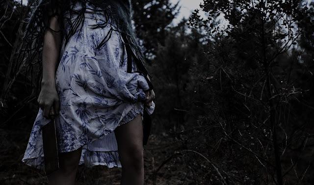 Kidung sendu teriring desahan angin. Dalam lantunannya, telah mengobok-obok jiwa yang rentan. Memaksa diri untuk tidak mendatangkan lagi bayang pemerkosa hati. Romantisme telah mati, terhenyak gelombang dusta, tergerus angin dan tenggelam dalam gelapnya malam. Ini bukan tentang kematian
