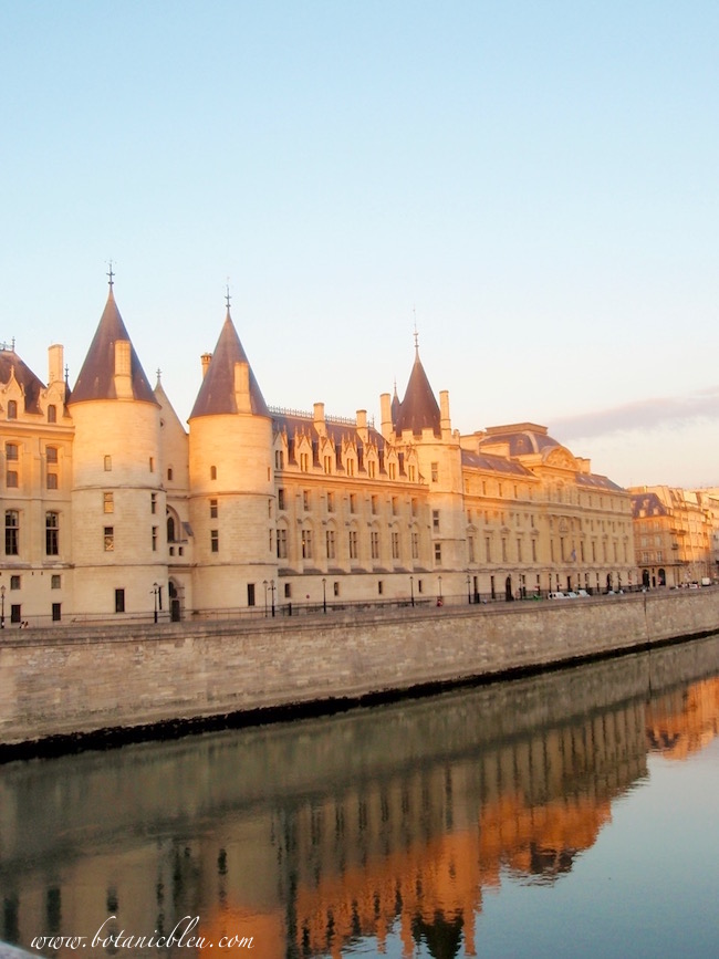 paris-conciergerie-reflection-seine-river-in-early-morning