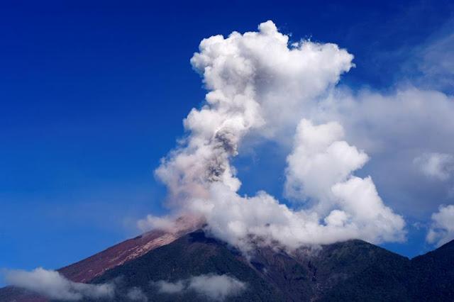El volcán de Fuego de Guatemala con nueve explosiones por hora tras erupción