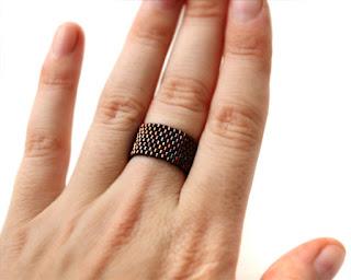 Широкое кольцо ручной работы. Темная бронза. Украшение из бисера