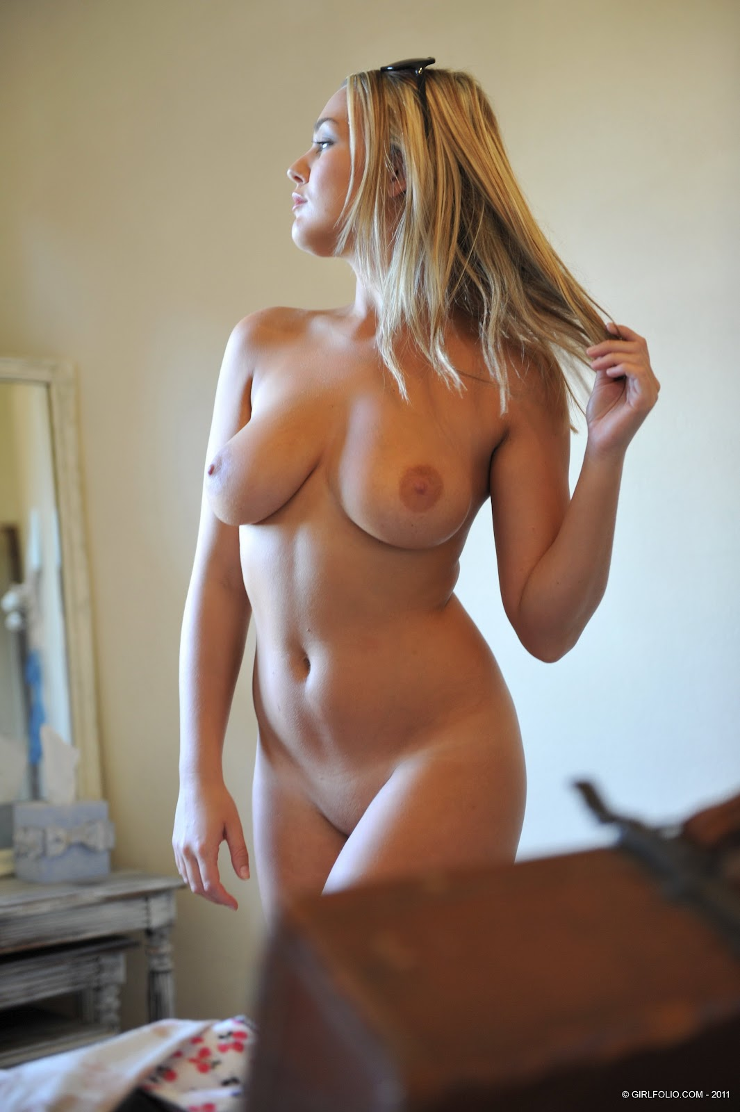 Full Nude Girl Photo