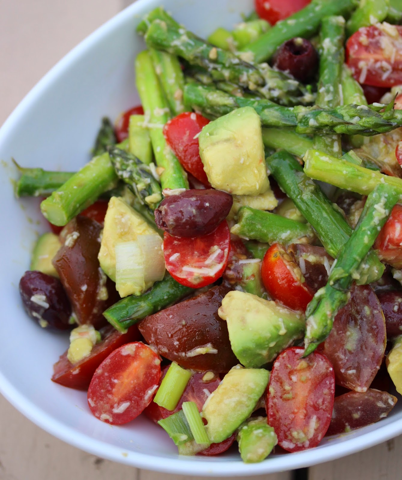 Au gr du march salade d 39 asperges aux tomates l 39 avocat et au parmesan - Idee recette avocat ...