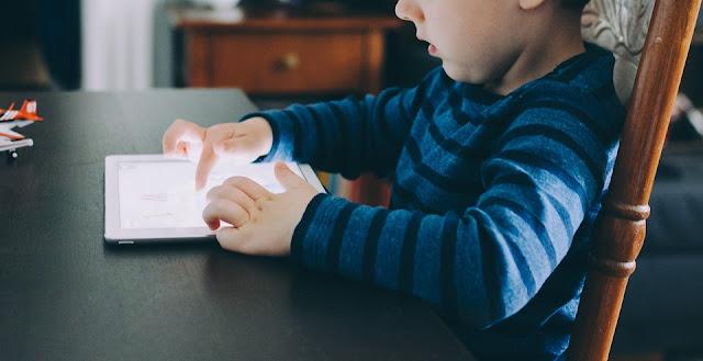Anak Bermain Gadget Bahaya