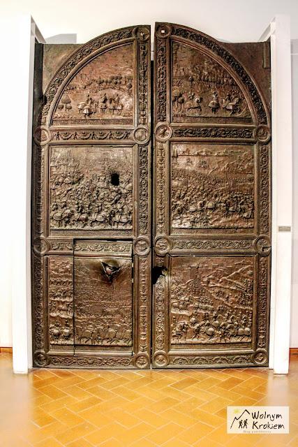 Brama zamku Nuovo po oblężeniu