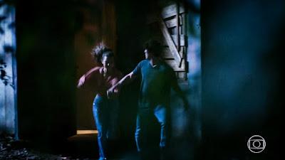 Rita (Alanis Guillen) e Rui (Romulo Arantes Neto) correm para fora do cativeiro, em 'Malhação - Toda Forma de Amar' — Foto: TV Globo