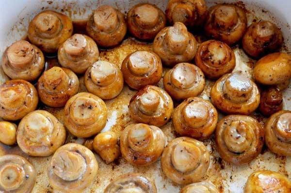 Растопить в той же сковороде оставшееся сливочное масло и  обжарить шампиньоны 5-7 минут, чтобы они зарумянились.  Подсолить и поперчить.