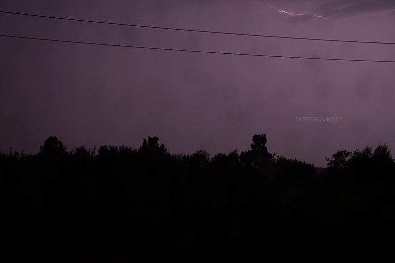 Blitz in einer Sommernacht und violetter Himmel Fotografie