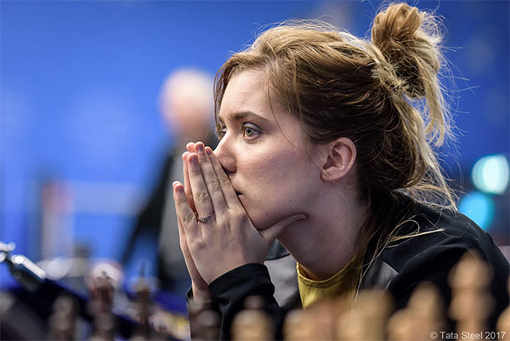Jovana Rapport prie pour son mari Richard dans la ronde 4 du Tata Steel - Photo © site officiel