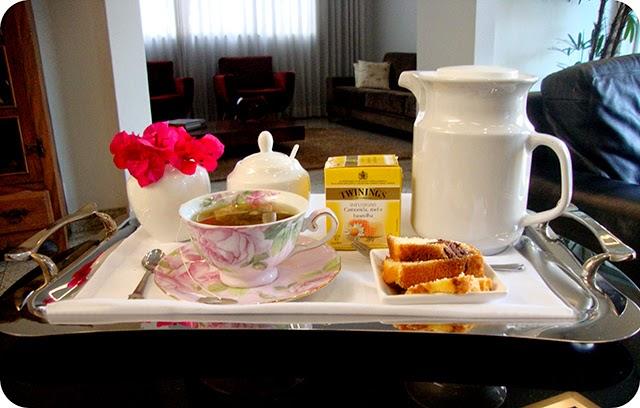 Decoração da Bandeja com Chá e Bolo