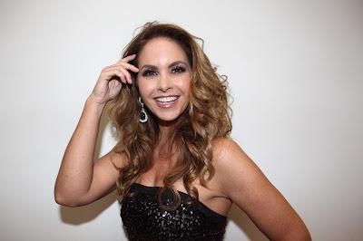 Na foto: Lucero assina contrato com o SBT para integrar elenco de Carinha de Anjo. Crédito da foto: Leonardo Nones/SBT