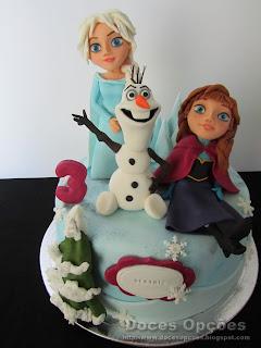 A Elsa, a Anna e o Olaf num aniversário Frozen