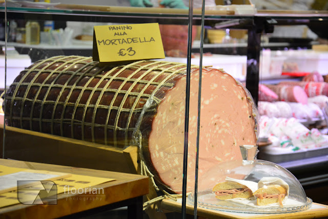 Olbrzymia mortadella w Bolonii. Jedzenie we Włoszech. Wskazówka - Restauracje w Bolonii są zamknięte w czasie sjesty
