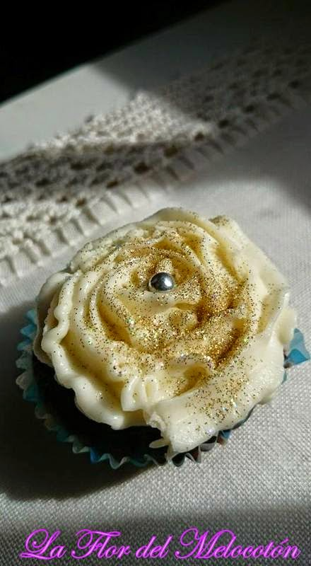 Minicupcakes de chocolate con frosting de vainilla