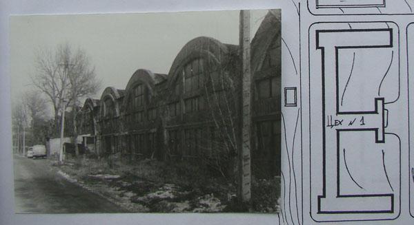 В плане это здание напоминает букву Е. Центральный вход в средней перекладине.