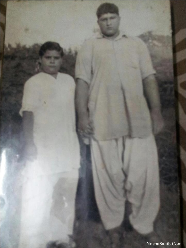 Young Nusrat Fateh Ali Khan with his brother Farrukh Fateh Ali Khan | NusratSahib.Com