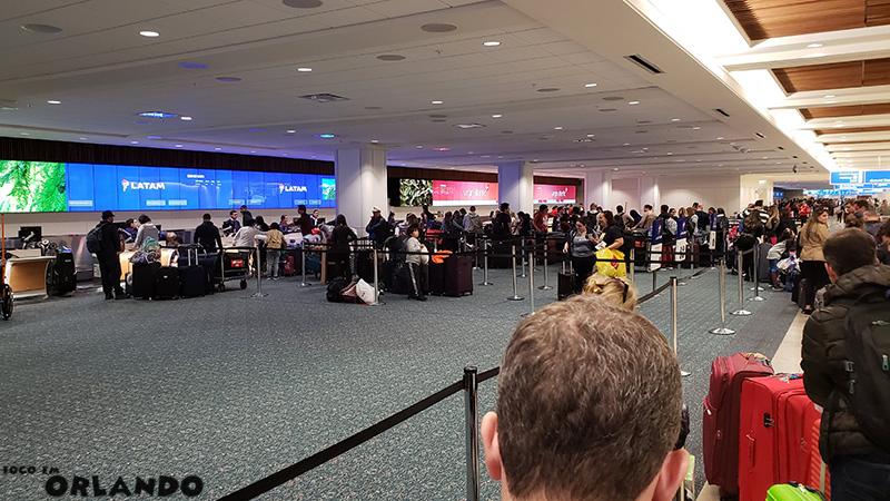 Fila enorme para despachar as malas na LATAM em Orlando.
