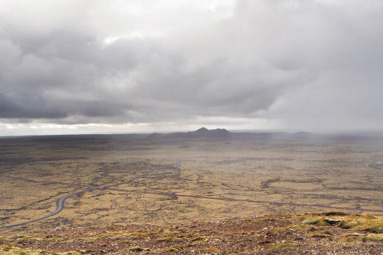 Paysage brumeux et volcanique sur la péninsule de Reykjanes en Islande