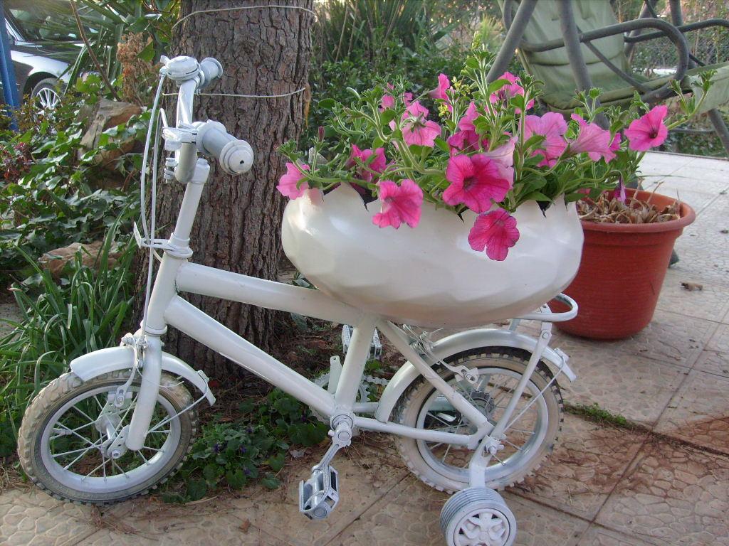 Bicicletas viejas para decorar jardines terrazas y for Cosas recicladas para el jardin