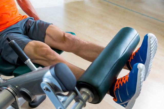 Prostowanie nóg siedząc na maszynie